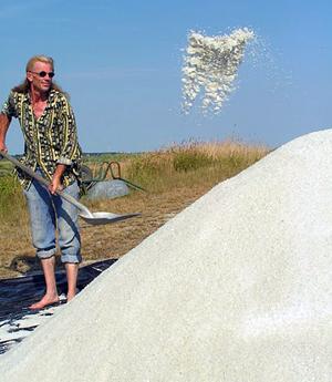 Gilles Hervy paludier, producteur de sel dans les marais salants de Guérande