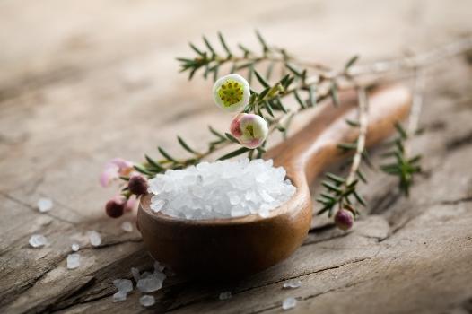 Huile essentielle bio d'eucalyptus associé au sel marin de Guérande pour apporter de nombreux bienfaits à votre corps